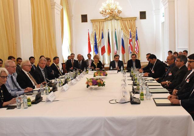 Representantes da União Europeia, EUA, Reino Unido, França, Alemanha, Rússia, China e Irã durante as negociações sobre o acordo nuclear com o Irã, em Viena (foto de arquivo)