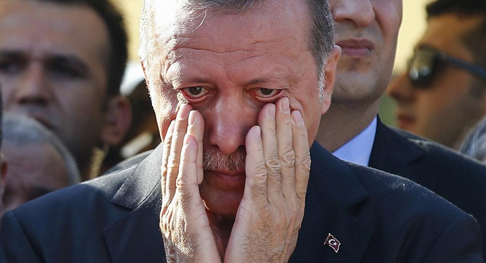 Presidente turco, Recep Tayyip Erdogan, secando as lágrimas (foto de arquivo)