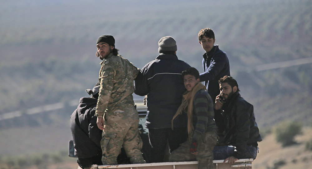 Soldados da oposição do Exército Livre da Síria apoiados pela Turquia em um caminhão na fronteira com a Síria