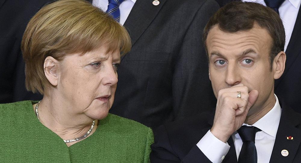 A chanceler da Alemanha, Angela Merkel, conversa com o presidente francês, Emmanuel Macron, durante um encontro de líderes da União Europeia em Bruxelas
