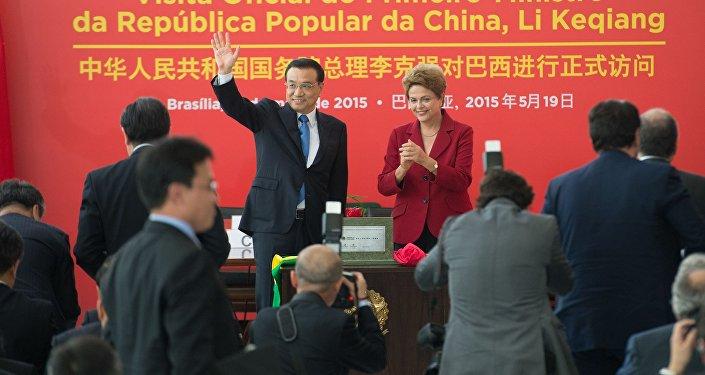 Dilma Rousseff e o primeiro-ministro chinês , Li Keqiang, durante assinatura de atos