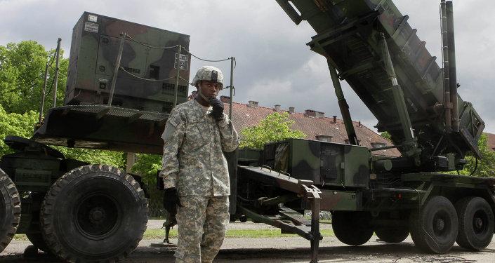 Soldado norte-americano perto do sistema de mísseis Patriot