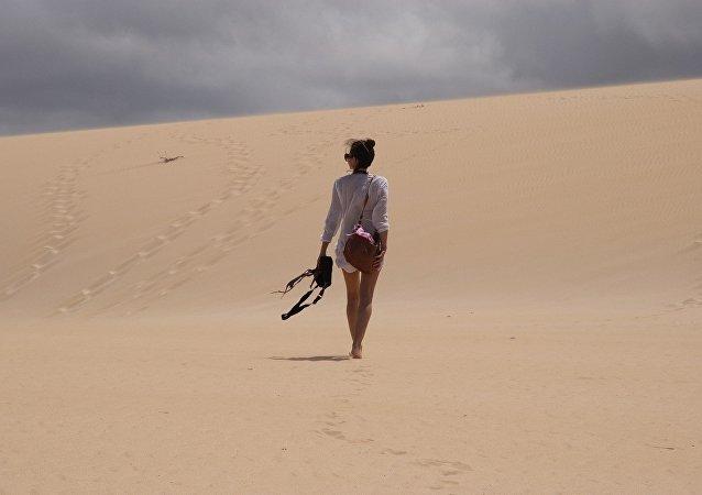 Mulher posando no deserto