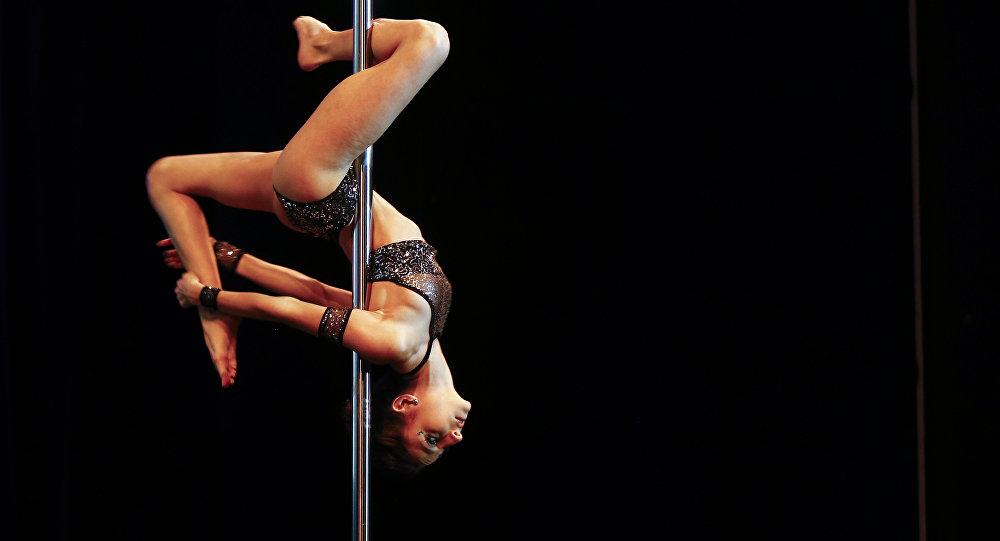 Dançarina de poste, Eugenia Tovar, nas competições em Buenos Aires, Argentina (imagem referencial)