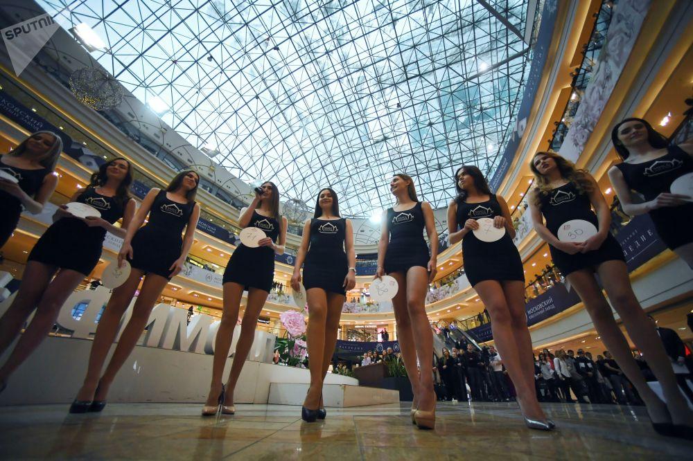 Participantes de uma audição aberta do concurso nacional Miss Rússia 2018 em um centro comercial em Moscou