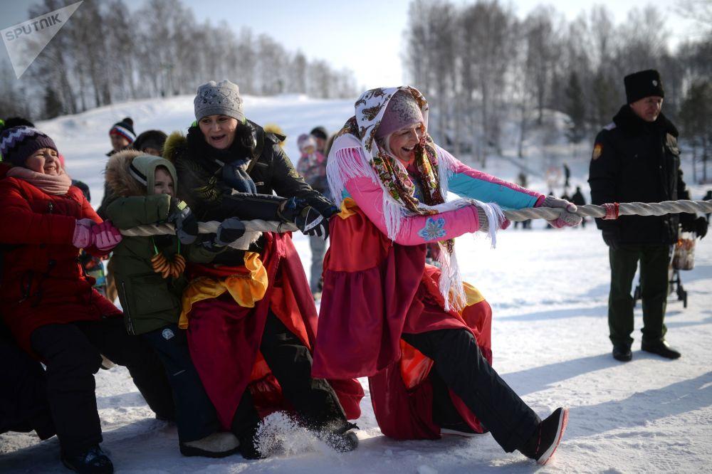 Tradicional jogo da corda, praticado durante os festejos da Maslenitsa, semana russa que marca a despedida do Inverno, similar ao Carnaval