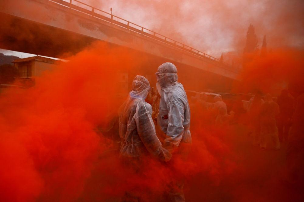Participantes do Carnaval tomam parte da guerra de farinha colorida, na Grécia