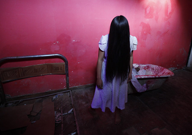Menina imita protagonista da película O Chamado, a Samara, na Bolívia (foto de arquivo)