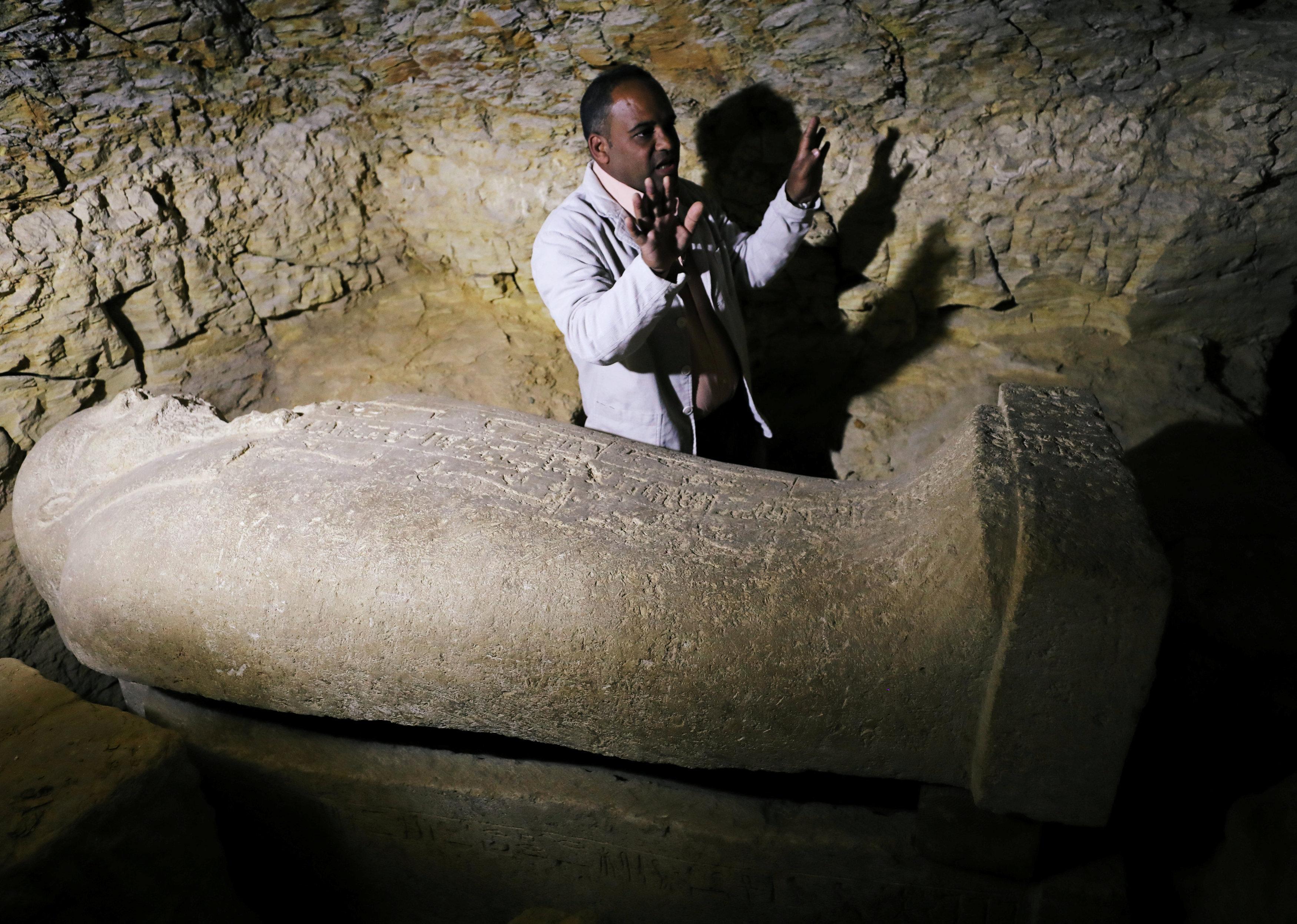 Arqueólogo egípcio dentro da necrópole descoberta perto da cidade de Minia