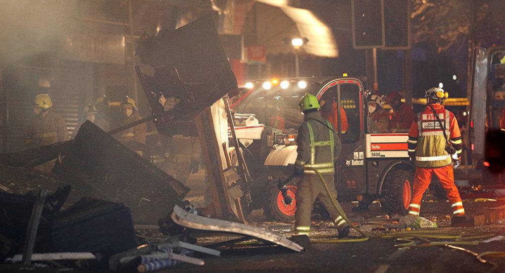Funcionários dos serviços de emergência no local da explosão em Leicester, Reino Unido, 25 de fevereiro de 2018