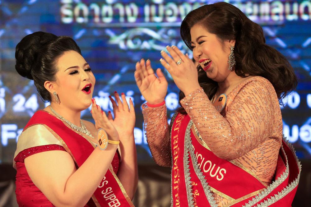 Participante Kwanrapee Boonchaisuk reage ao anúncio da sua vitória no concurso de beleza para mulheres corpulentas Miss Jumbo 2018, na Tailândia, em 24 de fevereiro de 2018