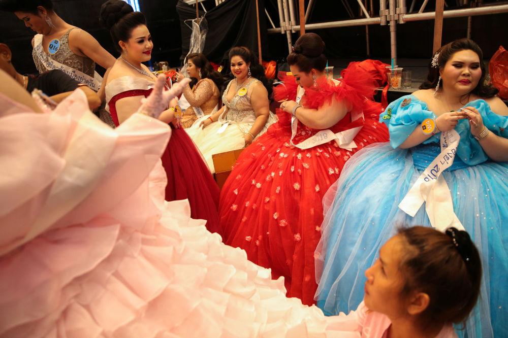 Participantes se preparam para sair ao palco no âmbito da final do concurso de beleza para mulheres corpulentas Miss Jumbo 2018, na Tailândia, em 24 de fevereiro de 2018