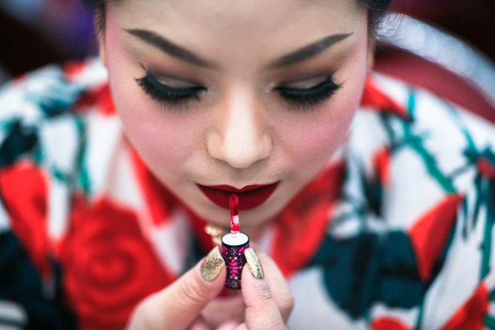 Candidata se prepara nos bastidores do concurso de beleza para mulheres corpulentas Miss Jumbo 2018, na Tailândia, em 24 de fevereiro de 2018