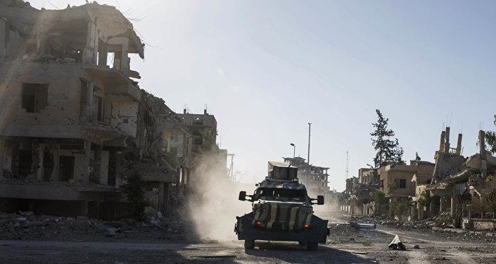 Veículo armado na cidade de Raqqa, Síria