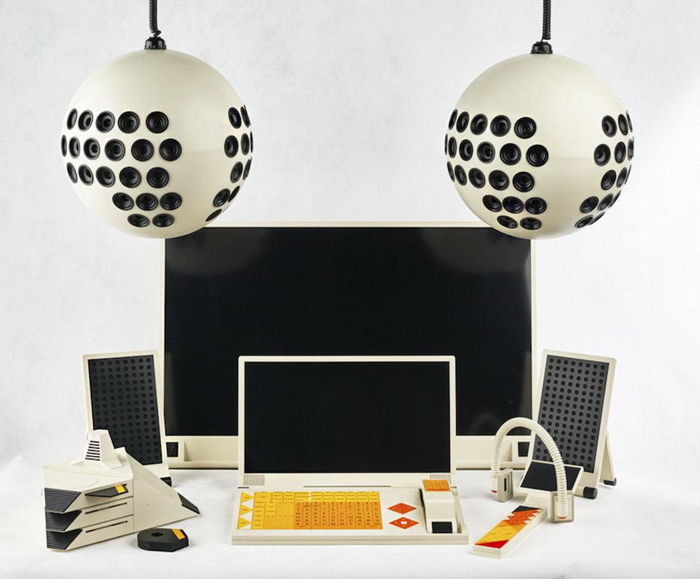 Hoje em dia, o sistema de comunicação multifuncional Sphinx se chamaria simplesmente de casa inteligente. Os sistemas eletrônicos parecidos com o Sphinx deveriam ter sido introduzidos nas primeiras moradias desde a década de 2000. O Sphinx se diferenciava em três partes: pulseiras e relógios, parecidos aos atuais relógios inteligentes; dispositivos destinados a ocupar lugar em apartamentos, e dispositivos instalados nos meios de transportes. O projeto, que parece esteticamente com os produtos da Apple, não passou do protótipo