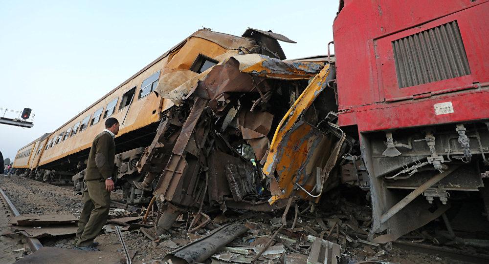 Destroços de trem após grave colisão em Kom Hamada, na província egípcia de Behaira