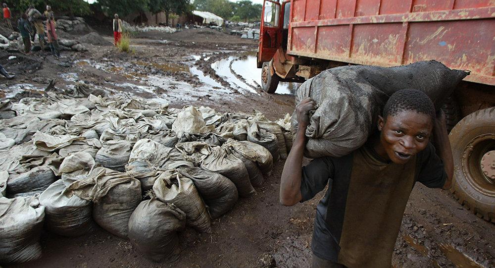 Um jovem carrega cobalto molhado em mina a 35 km da cidade de Likasi, República Democrática do Congo (foto de arquivo).