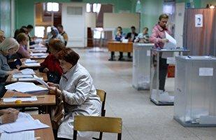 Eleitores em uma sessão de votação em Omsk, na Rússia.