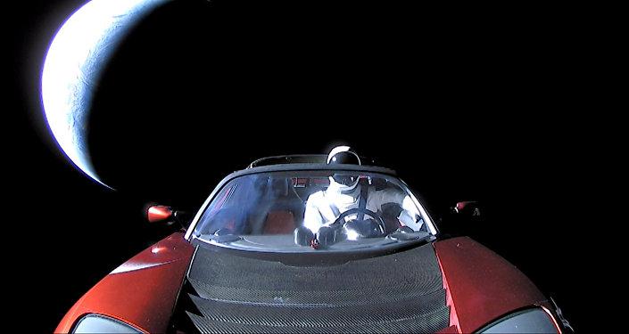 Carro Tesla Roadster voando no espaço após ter sido lançado pelo foguete Falcon Heavy da empresa espacial SpaceX