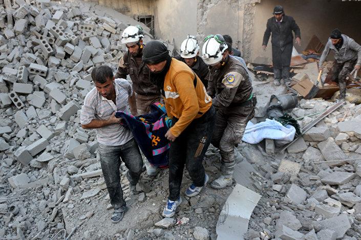 Capacetes Brancos evacuam uma vítima em Hamra, um distrito então dominado por rebeldes em Aleppo, em 20 de novembro de 2016
