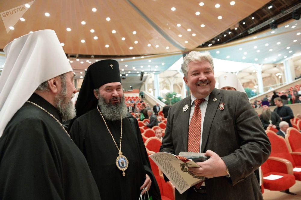 Sergei Baburin junto com sacerdotes da Igreja Ortodoxa Russa durante cerimônia de abertura do XIX Congresso do Povo Russo