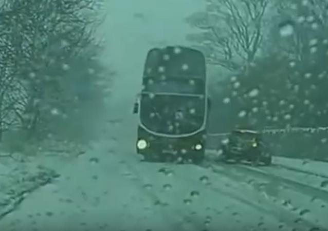Ônibus evita colisão frontal com carro em estrada congelada