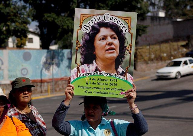 Em Honduras, ativista segura foto de Berta Caceres, ativista indígena de de causas do meio ambiente, durante um protesto no dia internacional da mulher. Berta foi morta a tiros em sua casa em 2016.