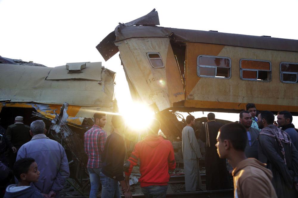 Local do acidente com trem de passageiros na província de Beheira, Egito