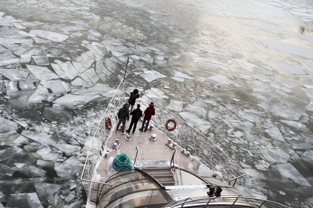 Passageiros de barco turístico que circula no rio Moscou