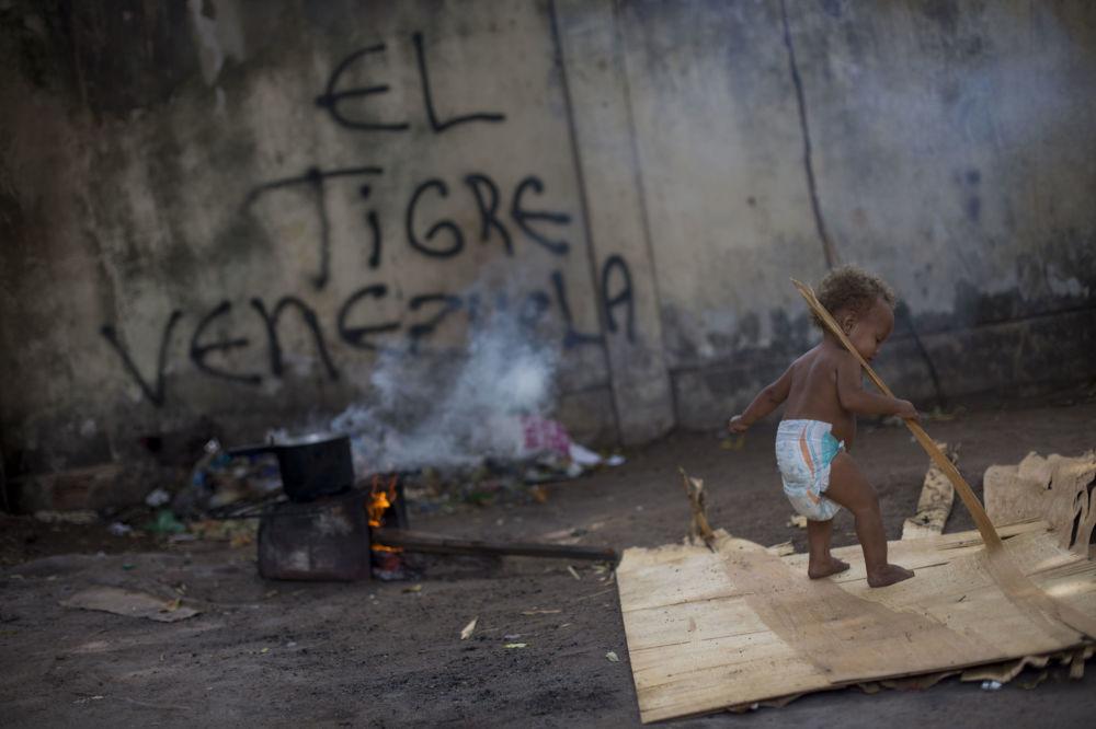 Pequeno refugiado venezuelano brinca em Boa Vista, Roraima