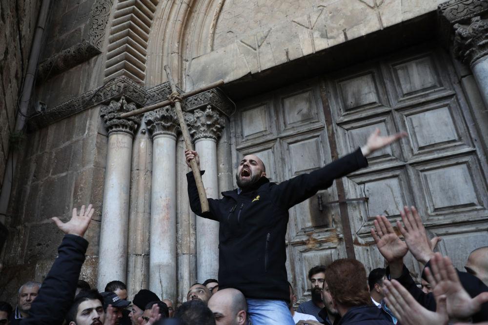 Ação de protesto perto dos portões da Basílica do Santo Sepulcro em Jerusalém