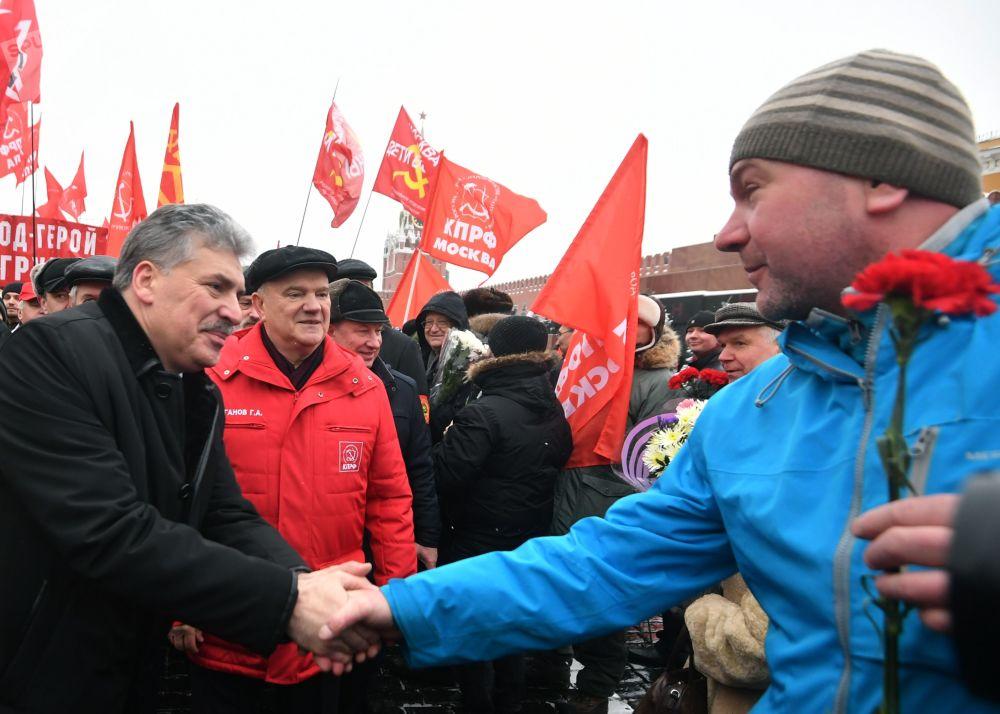 Candidato à Presidência da Rússia pelo Partido Comunista, Pavel Grudinin, e o líder do partido, Gennady Zyuganov durante a cerimônia de deposição de flores no Mausoléu de Lenin por ocasião do 94º aniversário da morte de Vladimir Lenin