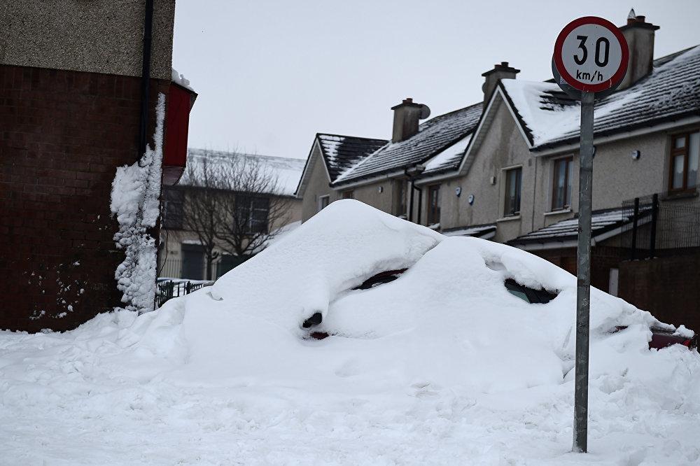 O Exército foi convocado para ajudar no resgate de pessoas presas na neve.