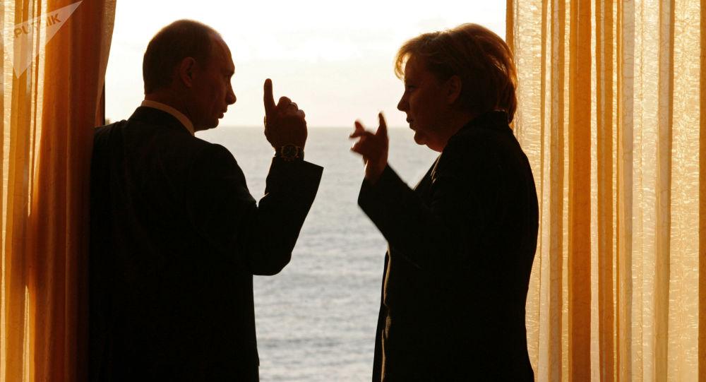 O presidente russo, Vladimir Putin, e a chanceler alemã, Angela Merkel, se reúnem na residência presidencial em Sochi, em 1 de janeiro de 2007