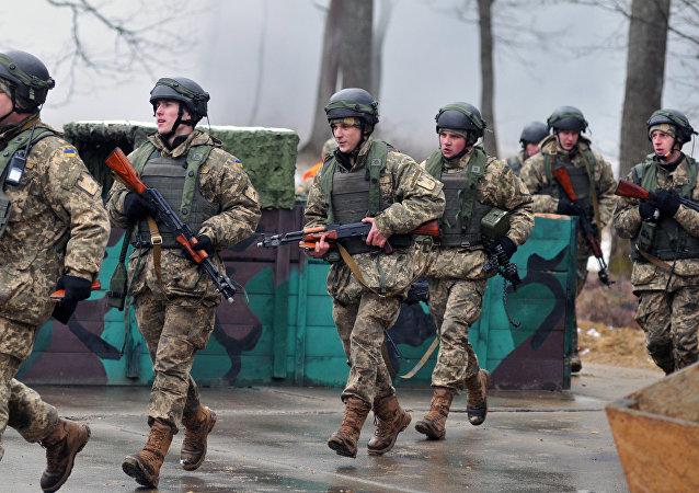 Militares ucranianos durante manobras no polígono de Yavorov, região de Lvov, Ucrânia