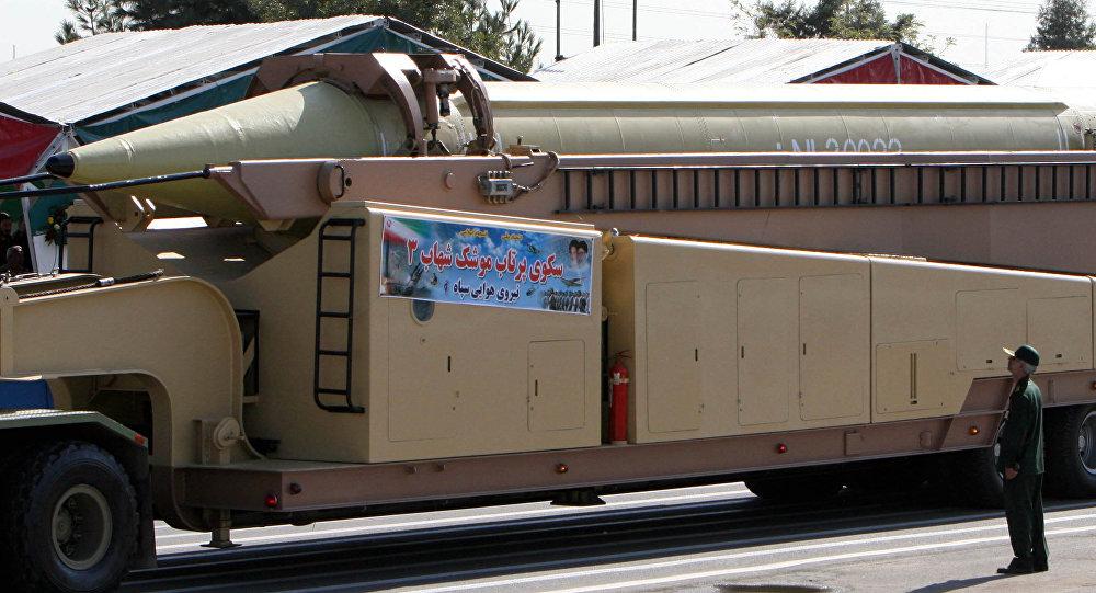 Membro do Corpo de Guardiões da Revolução Islâmica olha para o complexo de mísseis Shahab 3 (foto de arquivo)