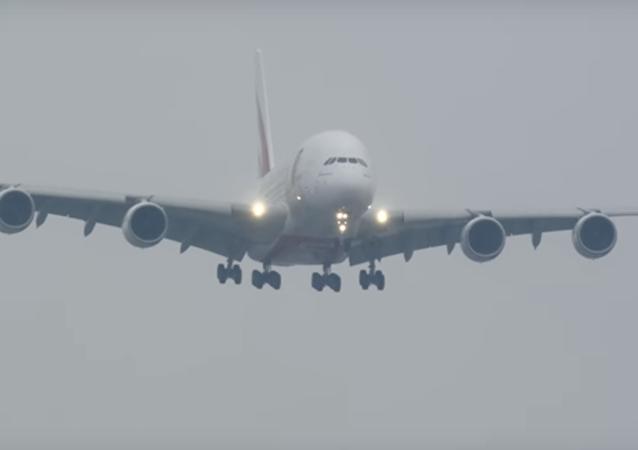 Maior avião do mundo aterrissa com forte tempestade
