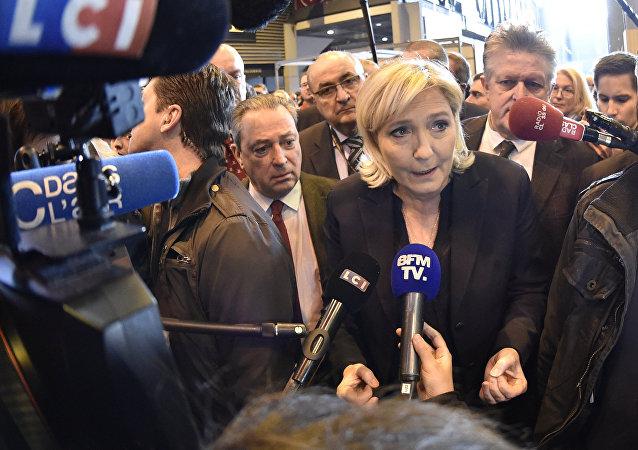 Marine Le Pen fala a jornalistas enquanto visita a 55ª Feira Internacional de Agricultura (Salon de l'Agriculture) no centro de exposições Porte de Versailles.