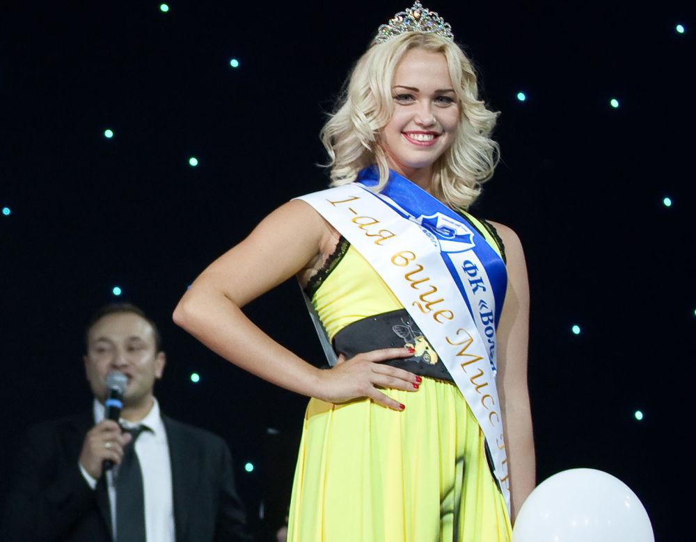 Candidata ao Miss Terra de 2018, Daria Kartyshova, participando de um concurso russo de líderes de torcida de futebol, em 2012