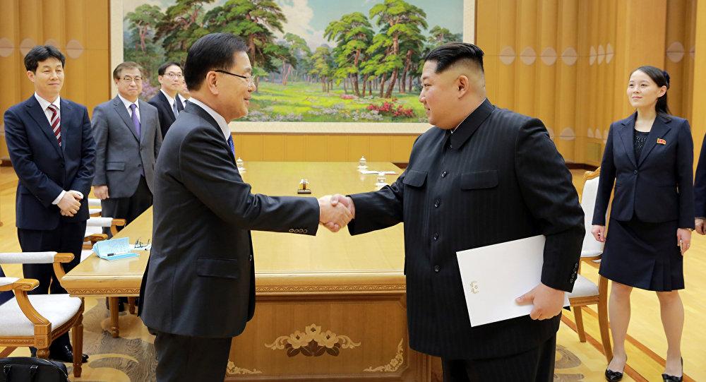 O líder norte-coreano, Kim Jong-un, e o conselheiro de segurança nacional sul-coreano, Chung Eui-yong, durante o encontro em Pyongyang, 6 de março