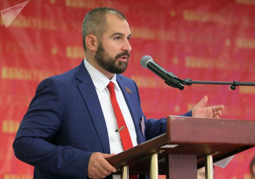 Líder do partido Comunistas da Rússia, Maksim Suraikin, participa do congresso em que os delegados aprovam a candidatura do partido às eleições presidenciais de 2018, 24 de dezembro de 2017