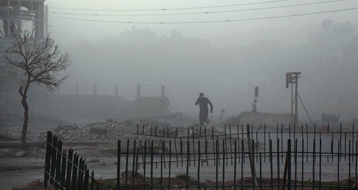 Sírio em meio à fumaça e pó em Ghouta Oriental