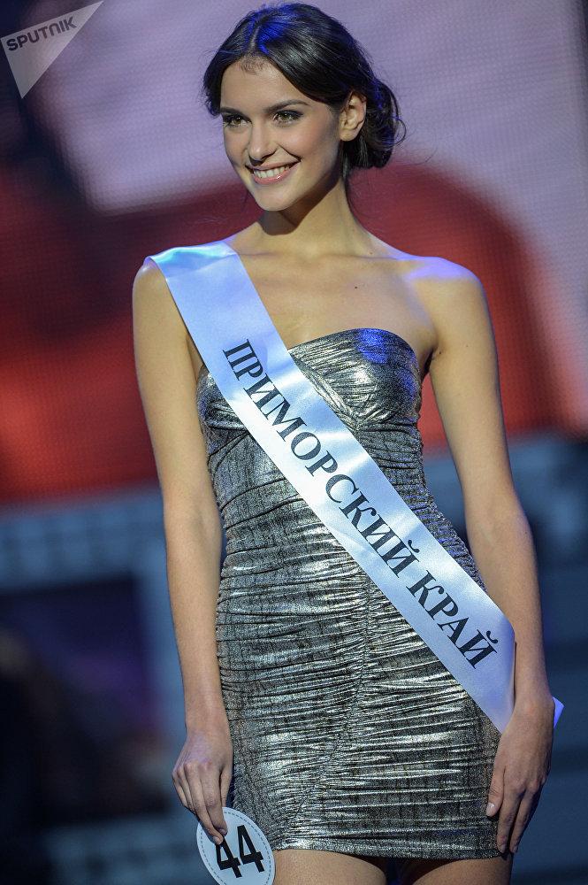 Aleksandra Cherepanova, candidata do ano 2016 do Miss Terra, posando durante o concurso nacional Beleza da Rússia em Moscou
