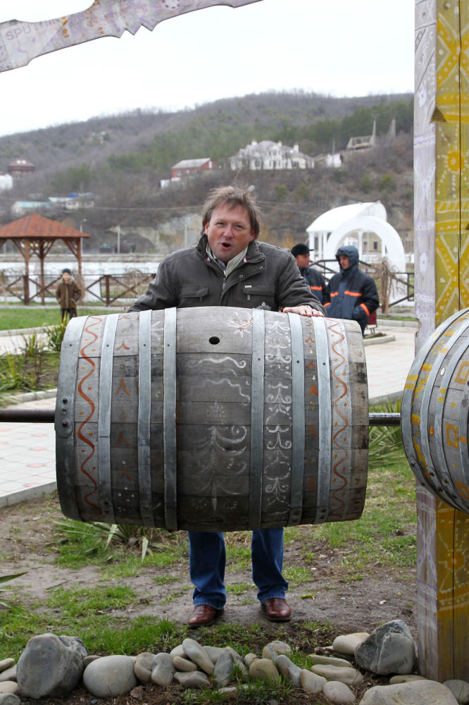 Chefe da empresa vinícola russa Abrau Durso, Boris Titov, participa de uma ação de recepção da primavera em Abrau Durso, povoado no sul da Rússia, abril de 2012