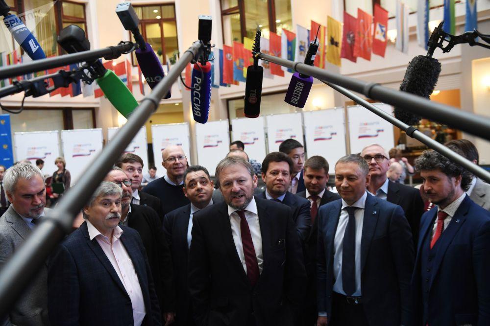 Candidato à Presidência da Rússia em 2018 Boris Titov com seus partidários durante a entrega à Comissão Eleitoral Central das assinaturas de apoio à sua candidatura, 30 de janeiro de 2018