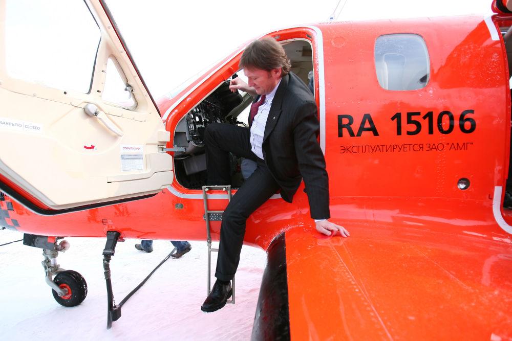 Presidente da organização Delovaya Rossiya (Rússia de Negócios) observa o cockpit do primeiro táxi aéreo da empresa Dexter, criado na Rússia, que entrou em serviço, março de 2006