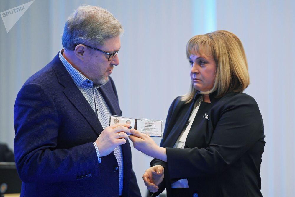 Presidente da Comissão Eleitoral Central da Rússia, Ella Pamfilova, entrega a identificação ao candidato à Presidência da Rússia pelo partido Yabloko, Grigory Yavlinsky, Moscou, 7 de fevereiro de 2018