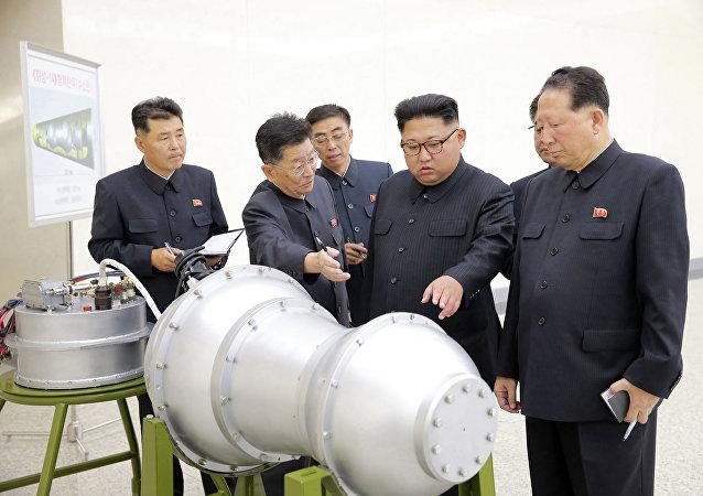Líder norte-coreano, Kim Jong-un (segundo da direita), em um lugar não revelado na Coreia do Norte