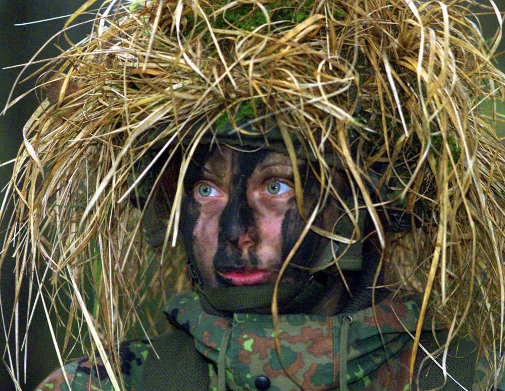 Militar alemã vestida de camuflagem durante as manobras do exército nacional em Augustdorf