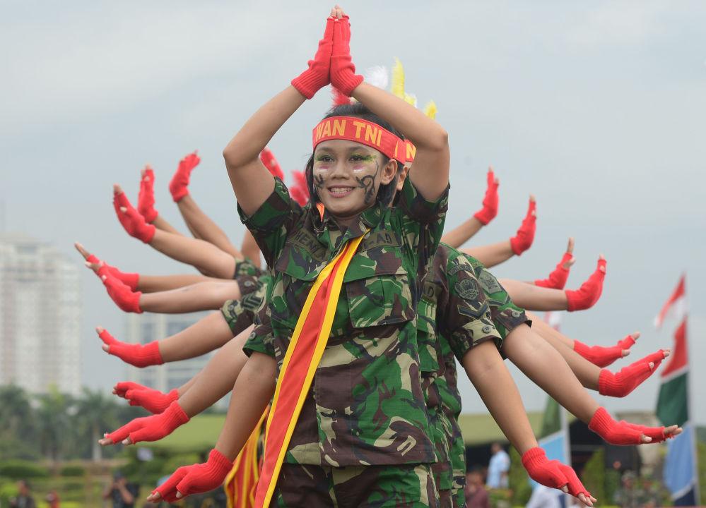 Mulheres militares das Forças Armadas da Indonésia se apresentam durante o Dia de Kartini em Jakarta, um evento para homenagear a heroína nacional Raden Ajeng Kartini, pioneira da emancipação das mulheres indonésias